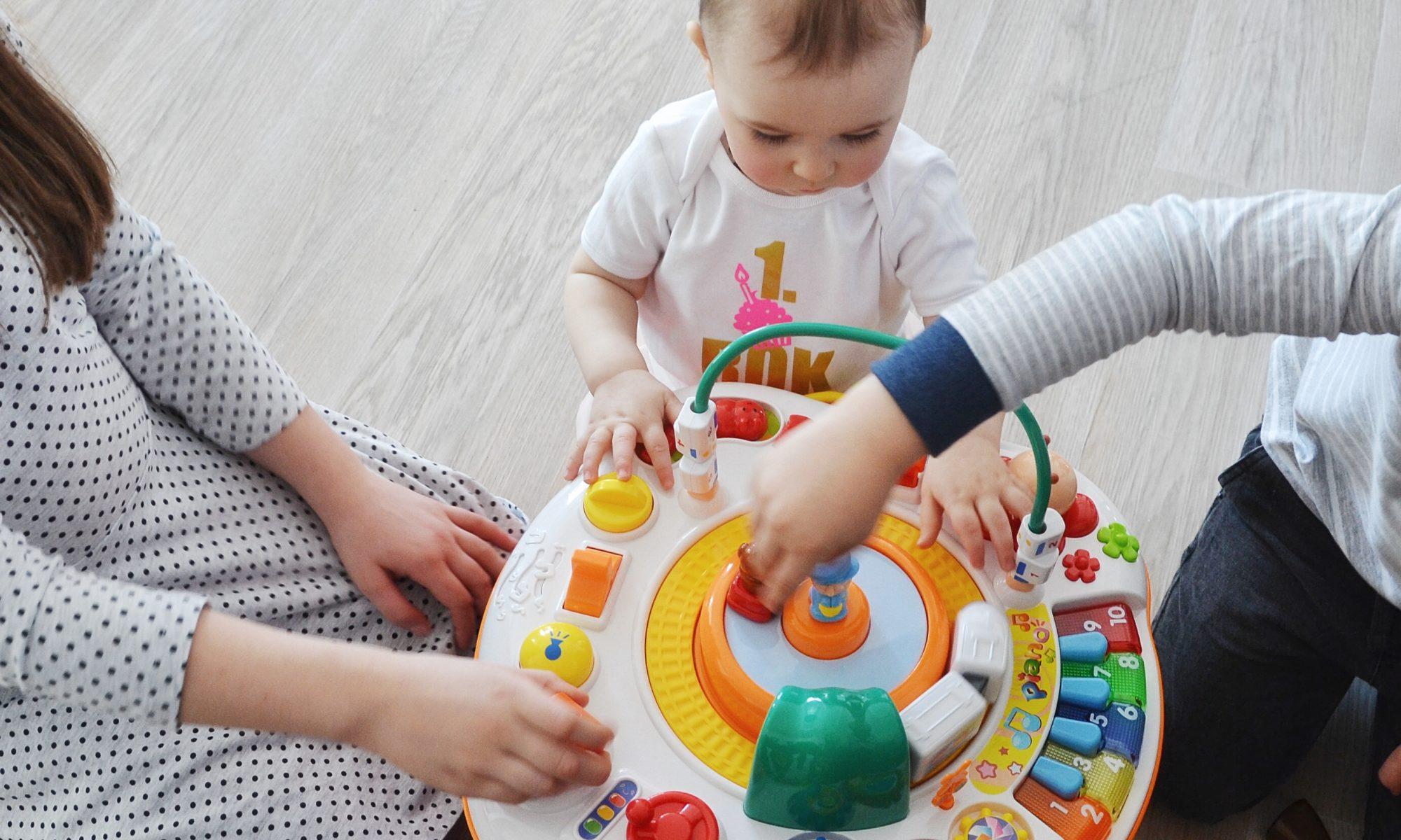 hračky k prvním narozeninám Tipy na dárky k prvním narozeninám – Máma na cestách hračky k prvním narozeninám